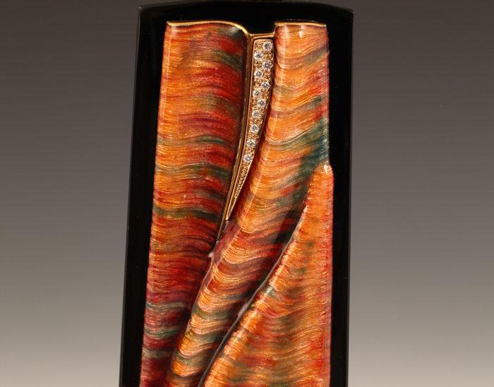 Colgante Ref.70 Esmalte sobre bajo relieve cincelado. obsidiana. 8.5x3.5cm
