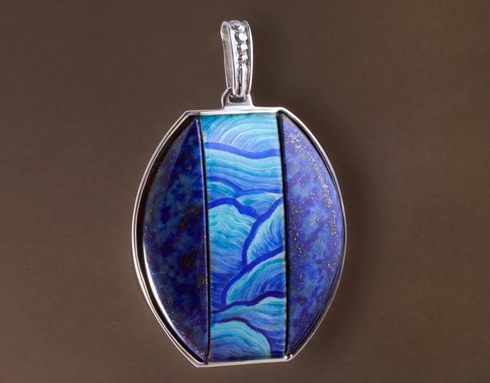 Colgante Ref.84 Petra azul. Esmalte en talla baja. Lapislazul. Rodinada. 6.5x4cm