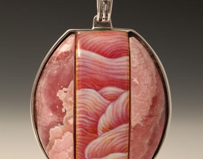 Colgante Ref.85 Petra rosa. Esmalte en tallabaja. Rodocrosita. Rodinada. 6.5x4cm